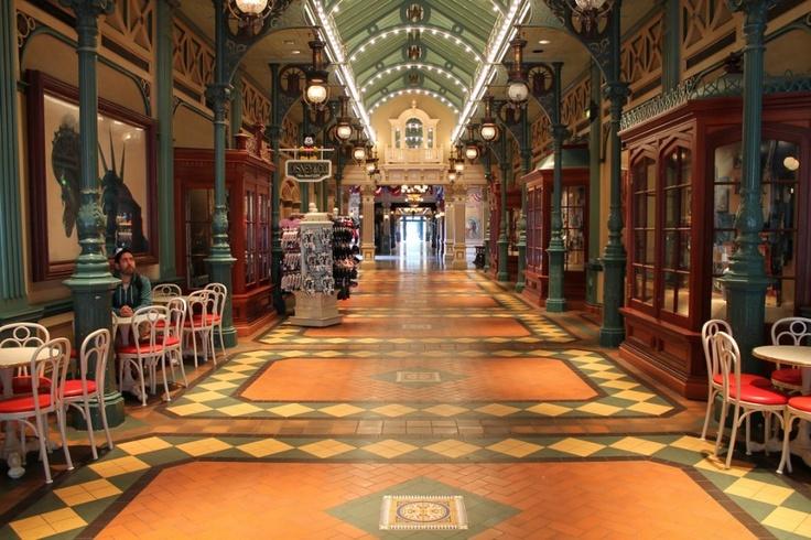 Disney, Château de la belle au bois dormant et Rue principale