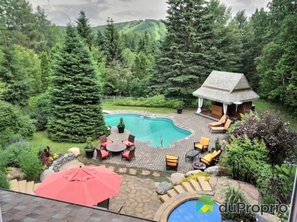le piscine le spa et la vue tout fait r ver dans cette maison vendre lac beauport. Black Bedroom Furniture Sets. Home Design Ideas