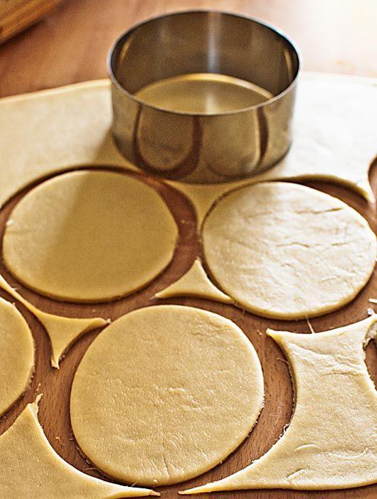 Ya sabéis lo práctico que resulta nuestro Thermomix para elaborar todo tipo de masas de harina, como panes, cocas, pizzas, bases de tarta, etc. Hoy os traemos aquí una receta de masa sencilla y que forma parte de nuestra cocina más tradicional: la masa de empanadillas. Las empanadillas son un plato muy versátil que admite gran cantidad de rellenos, no solamente los más tradicionales, y que suele gustar mucho además a los más pequeños. Ingredientes 90 gr. de aceite de oliva virgen extra, 100…
