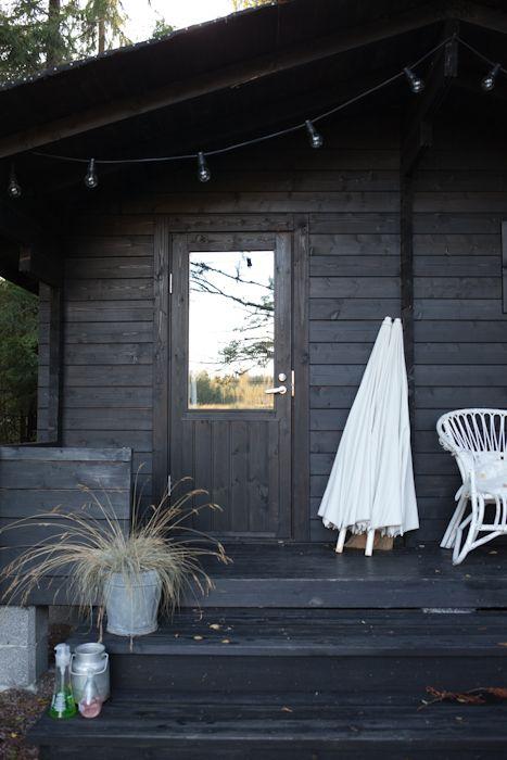 Sombrilla y sillón blanco, en contraste con las envolventes negras, el detalle: las luces en repetición ;)