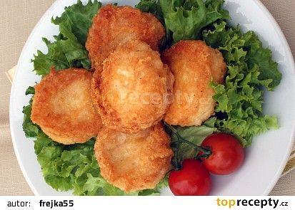 Smažené sýrové dukáty podávejte na listu hlávkového salátu. Je to výborné a navrch rychlé občerstvení pro nenadálou návštěvu