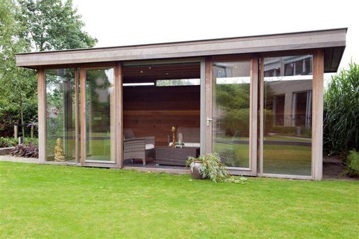 modern tuinhuis met hardhouten bekleding en glazen wanden