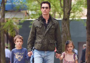 Долгие выходные между съемками: Мэттью МакКонахи с детьми на прогулке в Нью-Йорке http://womenbox.net/stars/dolgie-vyxodnye-mezhdu-semkami-mettyu-makkonaxi-s-detmi-na-progulke-v-nyu-jorke/    Звездные дети   Долгие выходные между съемками: Мэттью МакКонахи с детьми на прогулке в Нью-Йорке         Полина Воеводина        4747    29 июня 2016,