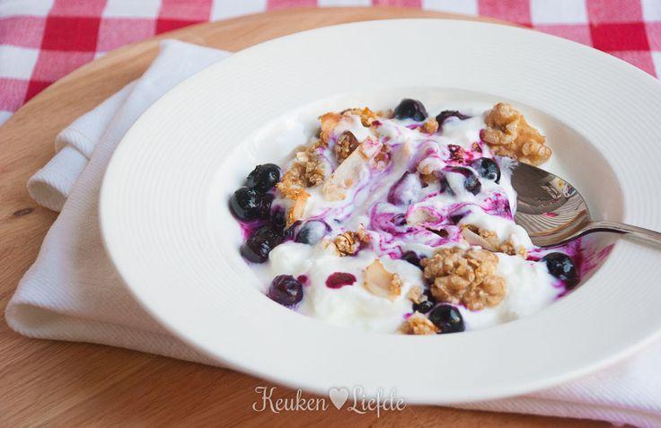 Een eenvoudig bordje ontbijtyoghurt verandert als bij toverslag in hemelse verrukking zodra je het verrijkt met zelfgemaakte granola en blauwebessencompote.