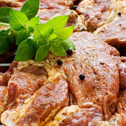 Любителям пряных вкусов SeasonMarket предлагает попробовать этот шашлык! Ведь мы делаем маринад только из натуральных помидоров в собственном соку с добавлением настоящей абхазской аджики, специй, листьев розмарина, чабреца и базилика. (Цена указана за упаковку. Чистый вес мяса в упаковке - 600 гр.) #chiсken #grilled #roast #hotT #meat #beef #pork #food #eat #familydinner #foodporn