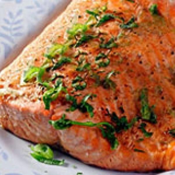 Receita de Salmão grelhado ao vinho branco - 3.Dentes de alho amassado, 1.Pitada de pimenta , orégano e sal, ½.Limão ( suco ), 2.Filé de salmão ( 200g ), 2....