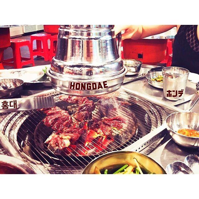 。 深夜2時の焼肉🐮 ニラと玉ねぎがたっぷり入った醤油ベースのタレ🥄 留学時代にあやさんと行ったことあるお店だったから、懐かしくて…😊💕 ちなみにここのおばちゃんは優しかった😎笑 .  #ソウル焼肉 #韓国旅行 #焼肉 #カルビ #カルビ専門店 #テンジャンチゲ #コチュ #美味しすぎる #肉 #ソウル #ホンデ #眠らない街 #若者だらけ #서울여행 #고기집 #갈비집 #맛있다 #맛스타그램 #먹스타그램 #고기사랑 #서울 #홍대 #홍대맛집 #불금 #불토 #인스타굿 #인스타푸드 #좋아요 #한국가고싶다