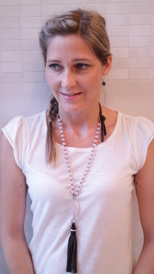 Rózsakvarc hosszú nyaklánc viselés közben www.indigokovek.hu