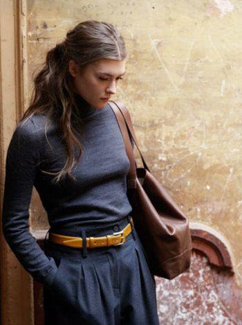 タートルネックとスカートを同じ色合いで揃えて、ベルトをポイントにしたコーディネート。 ウエストの細さが際立って、女性らしい上品なコーディネートが生まれますね。