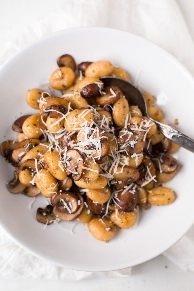 Für die Gnocchi mit Champignons und Parmesan braucht ihr nur sechs Zutaten! 20 Minuten und SO lecker - kochkarussell.com
