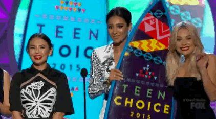 Os melhores momentos do Teen Choice Awards 2015  Pretty Little Liars foi a série que mais levou prêmios: Melhor Série (Drama), Melhor Atriz de Drama, Melhor Ator de Drama, Melhor Vilão, Melhor Atriz e Melhor Ator do Verão! Até a A estava no palco :O