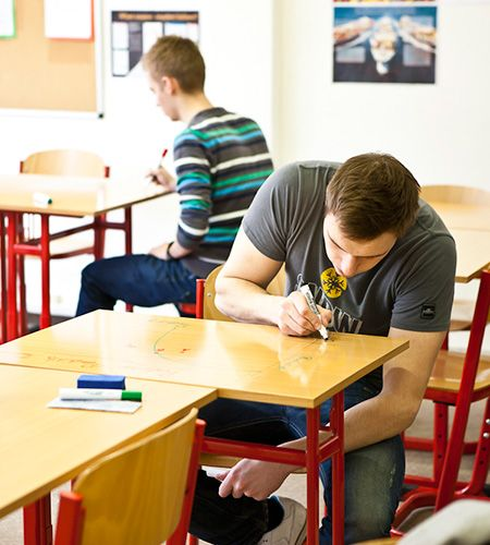 Díky Chytré zdi můžete psát i po stolech. Inspirujte se studenty v Praze!  --- Thanks to Smart Wall Paint you can write also on tables. Get inspired by Prague students. www.chytrazed.cz www.smartwallpaint.cz