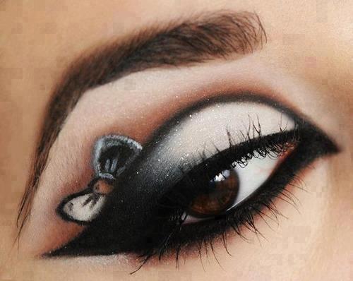 je hebt een zwarte eyeliner , witte oogschaduw, zwarte oogschaduw , mascara en een strikje ( sticker ) nodig. Begin met zwarte lijnen om je oog te maken. Doe dan witte oogschaduw op. Dan doe je in het buitenste hoekje van je ooglid zwarte oogschaduw. Dan plak je de strikjes sticker boven je ooglid. Epileer nog ff je wenkbrauwen en dan doe je witte oogschaduw rond om je ogen. Als allerlaatste doe je mascara op en dan heb je zo'n oog !!