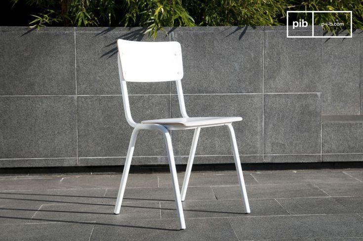 Sedia bianca Skole e molti altri sedie da scoprire su PIB, lo specialista in arredamenti, illuminazioni e decorazioni vintage.