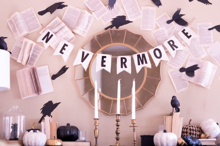 El padre de la literatura macabra y rey del romanticismo oscuro y del misterio, merece un rincón en tu casa. Para esto necesitarás cuervos de papel y de plástico, libros, poesía, velas y cualquier decoración con aires góticos. Aquí puedes inspirarte más.