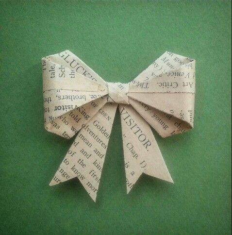 ROSA DE PAPEL Técnica: Origami. Material: Hoja de libro antiguo. #rosa #rosadepapel #papel #arte #art #artesania #regalo #rosaderegalo #madeinchile #flordepapel #libroantiguo #gift #origami #papelreciclado #reciclar #reciclaje