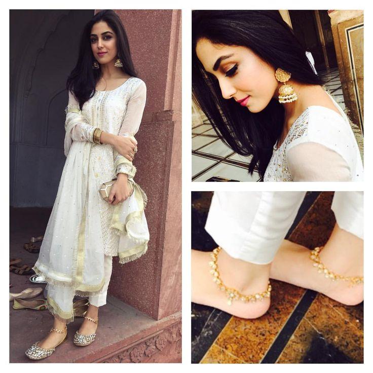 Thank u @samreenvance for the beautiful jewellery.. Loved my jhumkey n pajaib... #whitedress #dresscode #easternlook #dostkishaadi #badshahimosque #mayaali