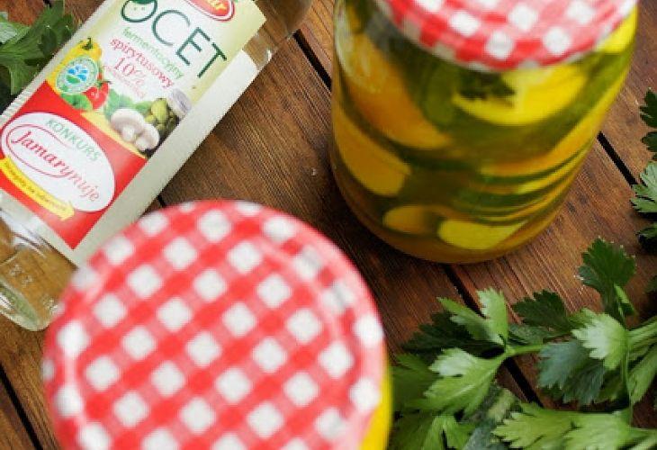 Cukinia marynowana w zalewie curry - Przepis - Fooder.pl - Twoje wszystkie ulubione przepisy w jednym miejscu!