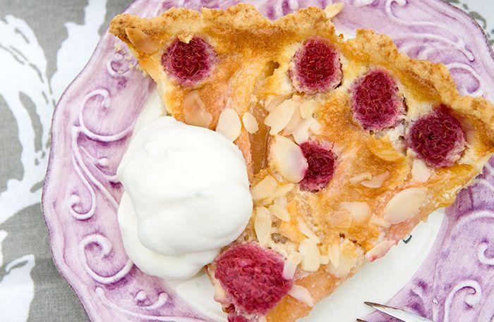 Recept på världens godaste persikopaj med hallon.