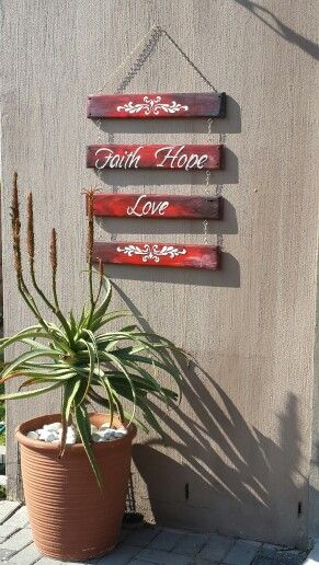 Simple and easy, some old wooden planks can have new meaning if you transform them with paint..