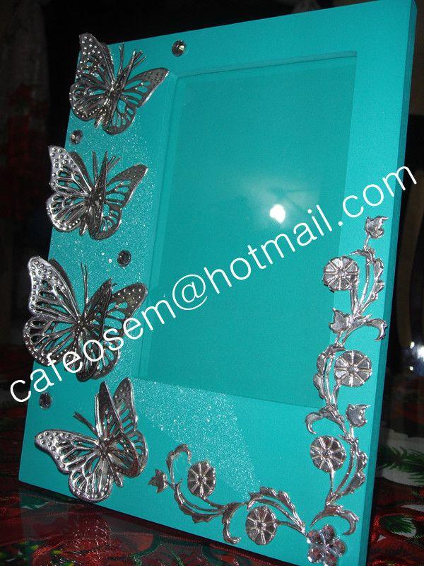 Repujado en estaño, portaretrato con aplicación de repujado, mariposas caladas manualmente , trabajo artesanal que convierte cada pieza en única.