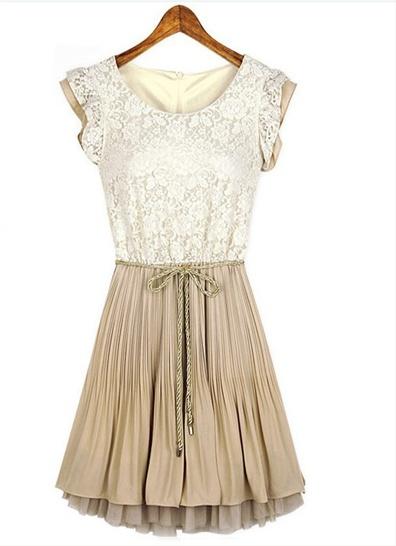 Romantisk blondekjole Romantisk todelt kjole, hvor overdelen er i blonder, og underdelen i plissé. En enkel, men vakker kjole, som kan brukes både til hverdag og fest.   Kjolen har et knytebelte i midjen, og glidelåslukking bak. Skjørtdelen består av flere lag.  Farge: Hvit/beige eller sort