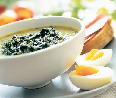 Spenatsoppa med ägg - värmande gott till middag och enkel att göra. Smaken till bladspenaten kommer från lök och muskot som blandas i grönsaksbuljongen innan du smakar av med lite grädde och kryddor. Kokta ägg serveras med fördel till spenatsoppan.