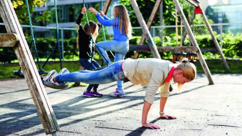 Helene Sandvig trener underveis i hverdagen og er i sitt livs beste form. Foto: Fra boka «5-10-15, Få minutter, maks effekt».