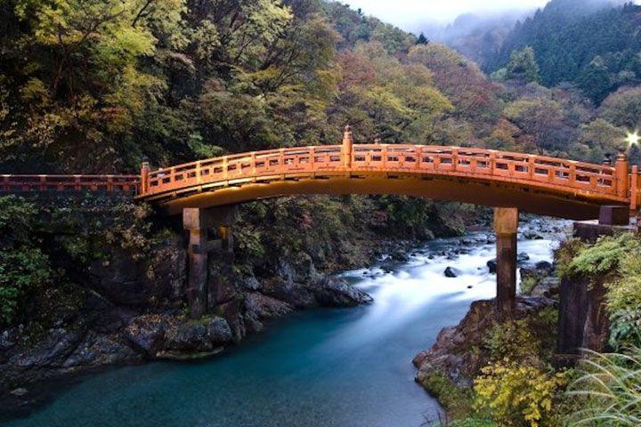 22. Le Shinkyo. Préfecture de Tochigi, Japon.  Littéralement, la dénomination du pont veut dire « pont sacré » en français, ou « pont de Dieu ». Il se trouve à l'entrée des temples et des sanctuaires de Nikko.