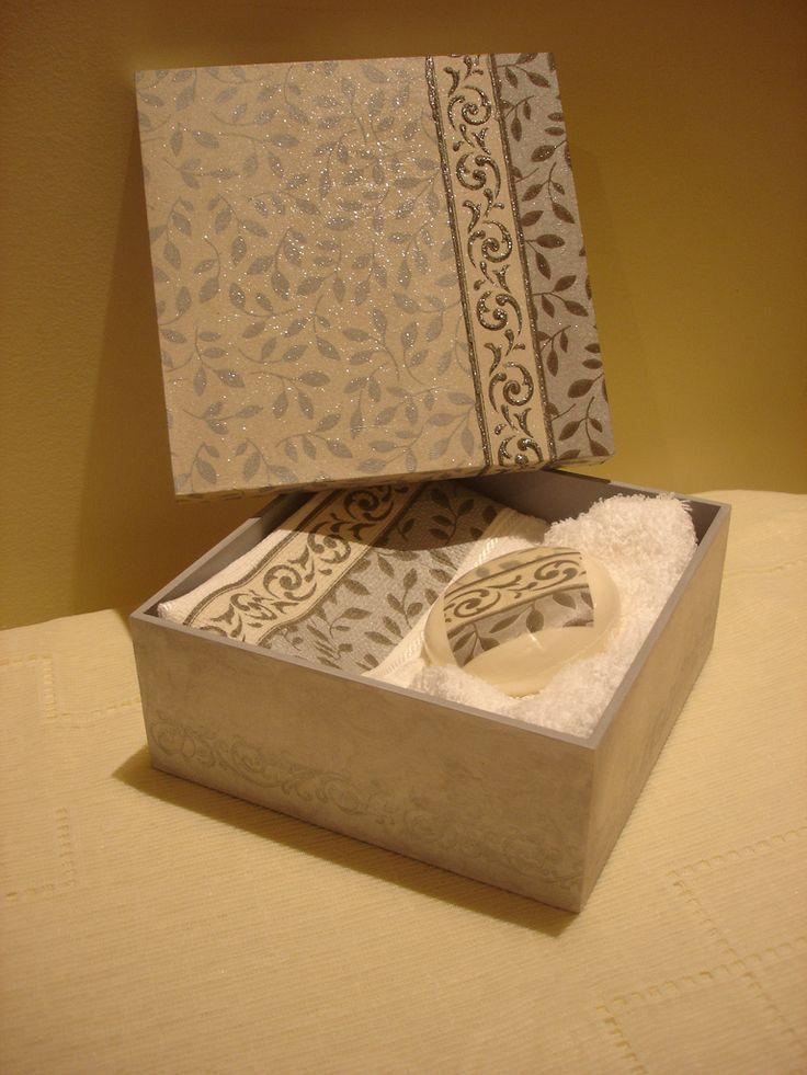 caixa com sabonete e toalha