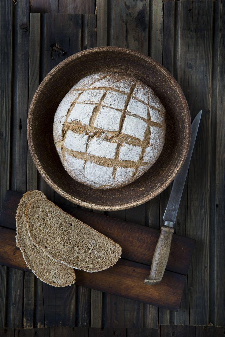 Klikk her for oppskriften på et godt, grovt og rundt brød bakt med fullkornshvete og havre.