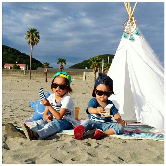 【airieri】さんのInstagramをピンしています。 《今日の出来事🌊🎪💛 朝マック食べて、あちこち行って、  最後は#海 🌊🏄 パパは、#サーフィン  チビズとあたしは浜辺で遊んだり、  #カフェ でまったり~~🍹🌊 #海#家族#癒し#休日 #休日の過ごし方》