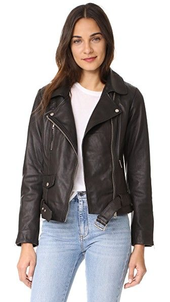 ¡Consigue este tipo de chaqueta de cuero de Scotch & Soda/Maison Scotch ahora! Haz clic para ver los detalles. Envíos gratis a toda España. Scotch & Soda/Maison Scotch Basic Leather Biker Jacket: A classic Scotch & Soda/Maison Scotch moto jacket in smooth leather. Fold-over collar and off-center zip placket. Zip front pockets. Buckle belt at the hem. Zip cuffs. Lined. Fabric: Leather. Shell: 100% sheepskin. Lining: 100% cotton. Leather clean. Imported, India. Measurements Length: 22in…