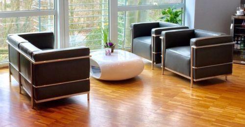 Stilvoller Wartebereich mit dem LC2 Sessel und zweisitzer Sofa