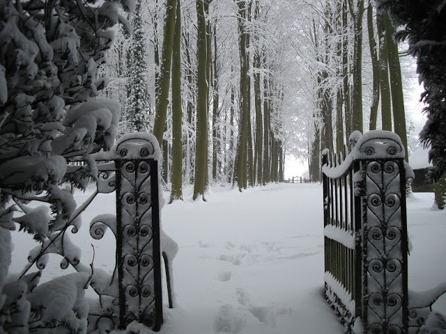 Gateway leading from the Theatre Lawn to the Beech Alley. Hidcote, UK
