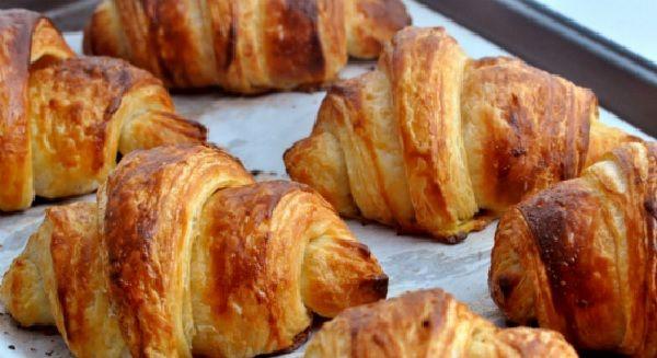 Essa Croissant fica igualzinho ao da padaria, com a vantagem de que você pode fazê-lo na sua casa, a hora que quiser e com os recheios que preferir! Experi
