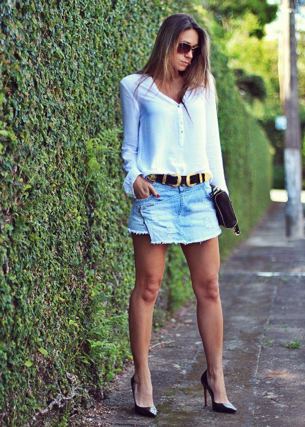 looks para o dia a dia com camisa feminina branca e short saia jeans
