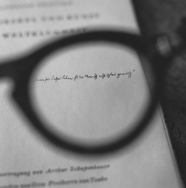 Tomoko Yoneda : Brecht's glasses - Viewing a dedication by Walter Benjamin, 2008. ブレヒトの眼鏡 - ベンヤミンからの献辞を見る