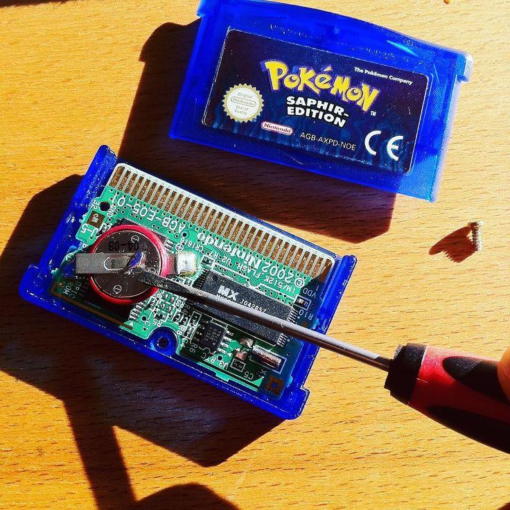 marc_eichner: Batterien gehen leer. Nur ist das Wechseln manchmal etwas schwieriger.  #pokemon #saphir #gameboy #battery #gameboy #microobbit