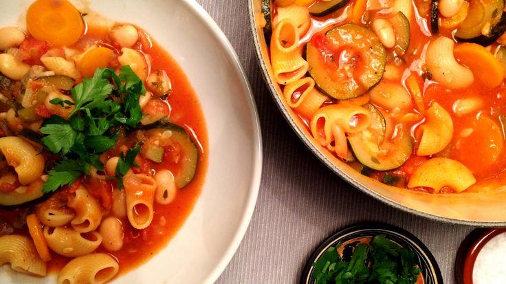 Italiensk grønnsakssuppe med tomat, smørbønner og pasta