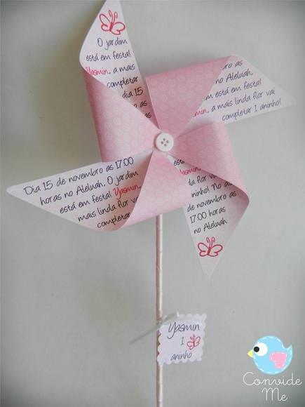Convite em forma de catavento confeccionado em papel de scrapbook rosa floral.