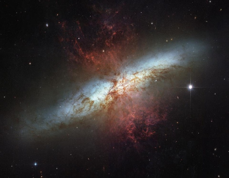 La Galaxia del Cigarro (también conocida como Galaxia Irregular M82, Messier 82, M82 o NGC 3034) es una galaxia irregular alargada y estrecha en la constelación de la Osa Mayor. Es el prototipo de galaxia con brote estelar, estando caracterizada por una elevada tasa de formación estelar en su centro, causada según parece por una interacción gravitatoria hace entre doscientos y quinientos millones de años con la primaria galaxia de Bode.