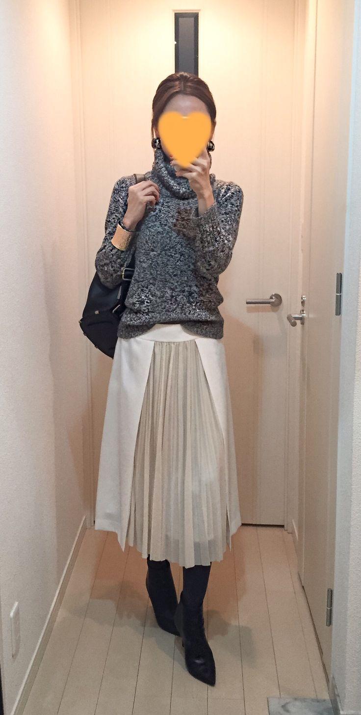 Grey sweater: Des Pres, White skirt: Des Pres, Bag: ZAC Zac posen, Boots: Jimmy…