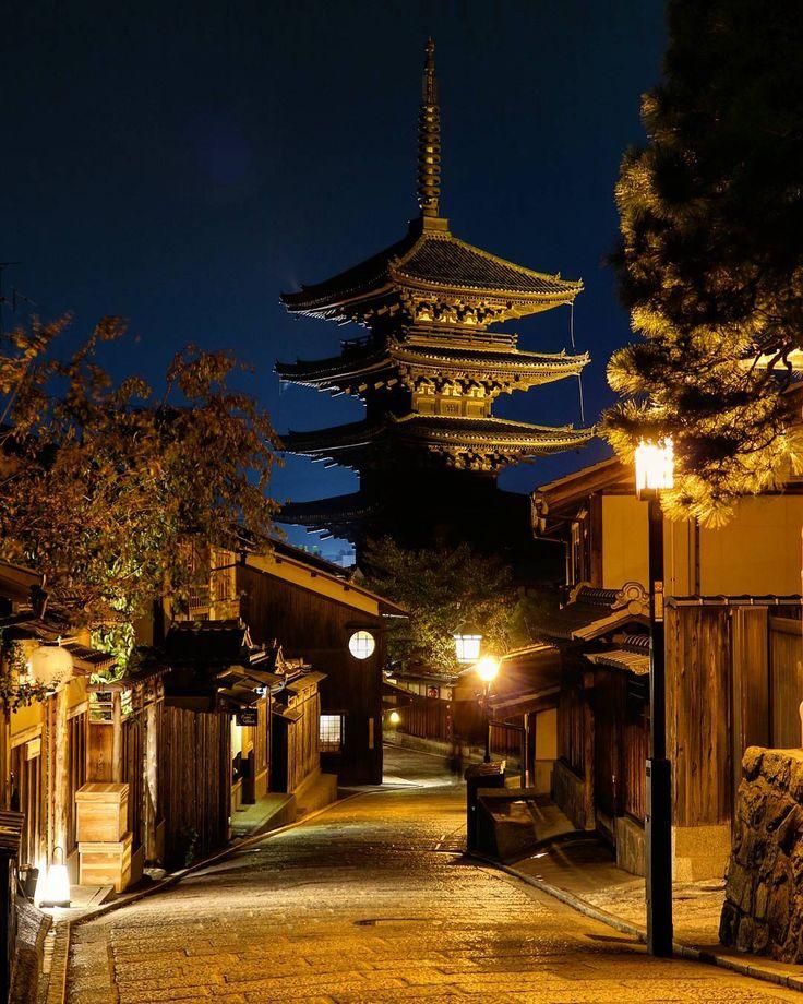 夜の法観寺(八坂の塔) pic2016/10/21 - 石塀小路が写真禁止になったって聞いて、行ってみると、ほんまに禁止の張り紙貼ってあった…まぁその近くで一眼持った女性二人組が普通に撮りあってけど - #京都#東山#八坂の塔#法観寺#寺#tower#夜景#綺麗#temple#kyoto#japan#beautiful#night#nightshot #nightview #nightout #nightlife #wonderful#icu_japan #wonderful#excellent#photo#photolabo_jp #igersjp #ig_japan#lovers_nippon #instacool#instagood#lightup#ライトアップ