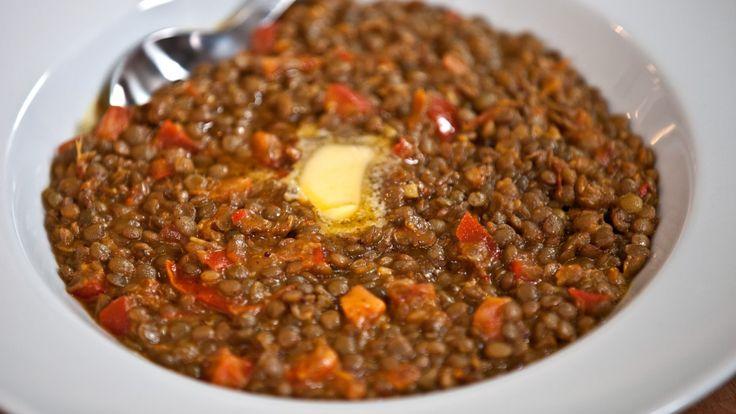 Linsegryte med grønne linser, tomater, og paprika. Karripasta, sennepsfrø og garam masala gir masse smak. Denne oppskriften er luksusutgaven – med masse smør eller margarin.