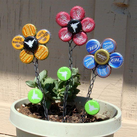 Set van drie bloemen van de dop van de fles met gevlochten draad stengels. Geweldig in een vaas in het huis, of rechtstreeks in de grond voor een tuin accessoire. Ongeveer 12 X 3