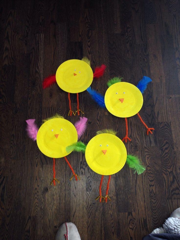 Påskkort av papperstallrikar som målats o sen har de limmats dit vingar av fjädrar, ben av piprensare, ögon o näbb av papper.