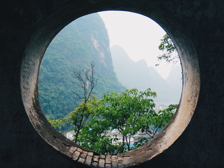 Parfois, il suffisait de changer la forme de la fenêtre pour voir le monde d'une autre façon.  Yangshuo, Chine (24.770004, 110.497864)
