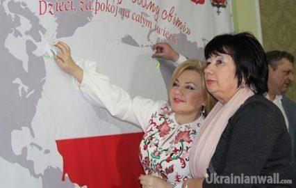 """Беспощадная украинская дипломатия, контрабанда сигарет и кума президента http://ukrainianwall.com/blogosfera/besposhhadnaya-ukrainskaya-diplomatiya-kontrabanda-sigaret-i-kuma-prezidenta/  Сегодня начальник Закарпатья Геннадий Геннадиевич Москаль «засветил» имя человека, который пытался провезти в Венгрию контрабандой 5,5 тысяч блоков сигарет под видом дипломатического груза. """"Водитель микроавтобуса """"Фольксваген-Транспортер"""" с дипломатическими номерами (автомобиль"""