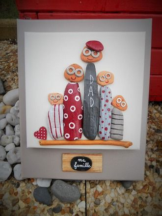 Tableau de famille réalisé en peinture acrylique, brique de mer   et bois flotté.  Une première toile de 20 cm x 20 cm avec les personnages   peints et collés sur une de - 16634103